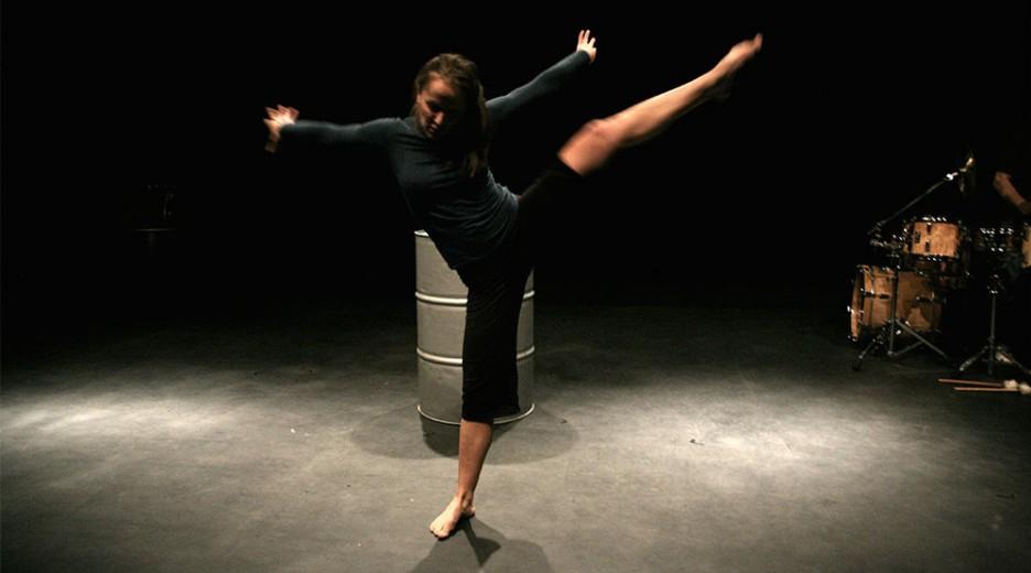 """Marijana Savovska in Tanztheaterproduktion """"Höchst Motiviert"""" von Regina Semmler, Theater Belaqua, Wasserburg, 2011. Fotos: Heidi Schmidinger."""